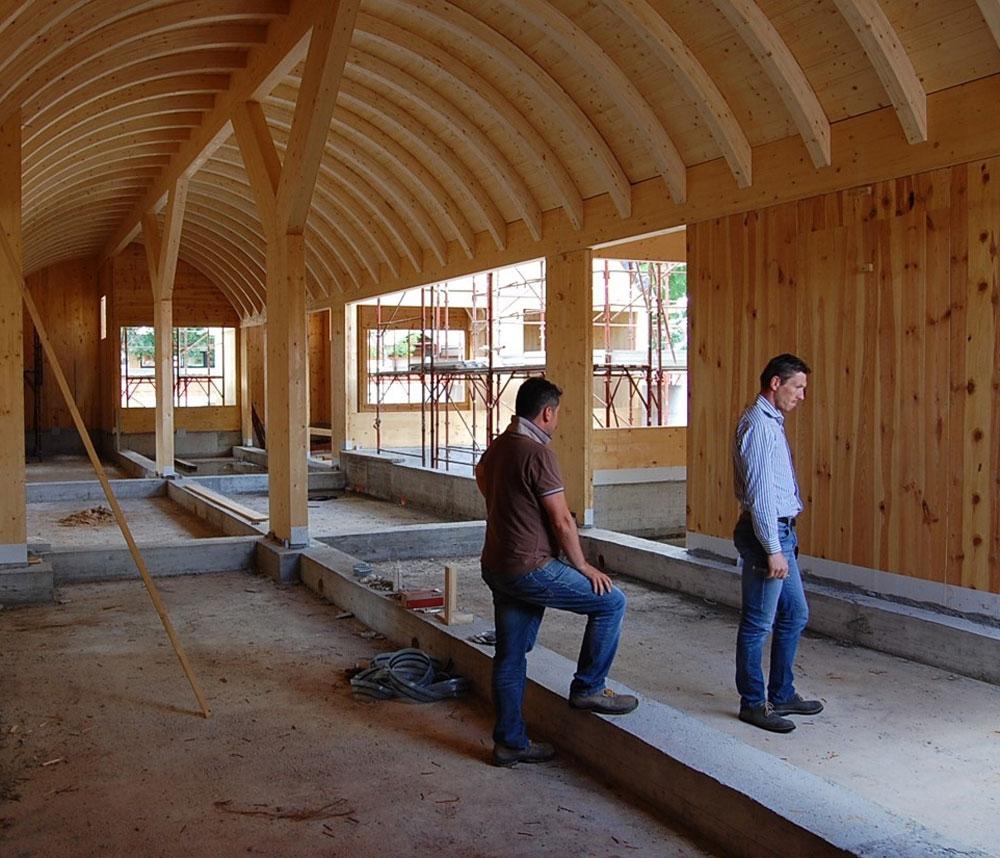 Franco Piva specialista nell'ingegneria del legno e fondatore di Ergodomus in un sopralluogo in cantiere